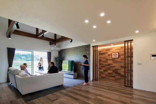 カフェ風の意匠の中に手刻みの技が息づく木の温もり漂う家