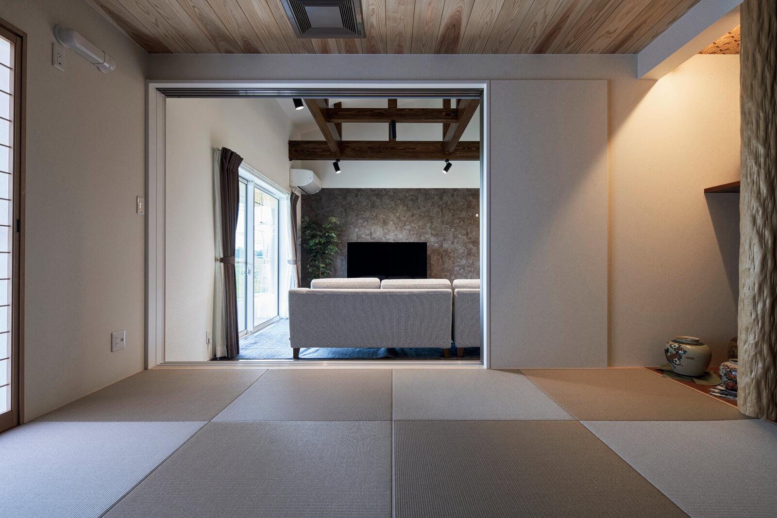 リビングに隣接する和室は、伝統的な日本家屋の手法を存分に生かしたつくり