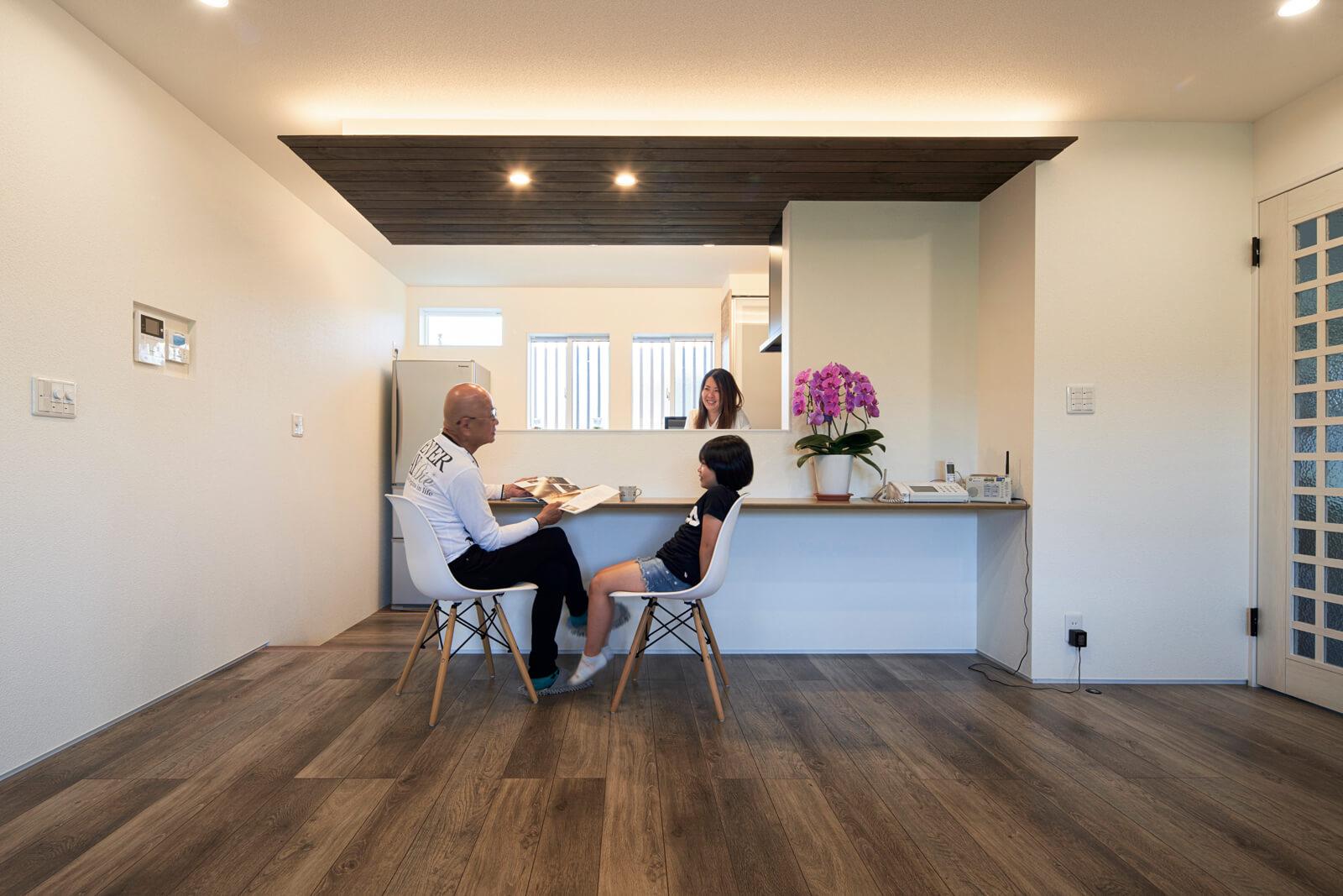 床の高さを一段下げたキッチン。料理する人とカウンターに座る人との目線の高さが合い、会話も弾む