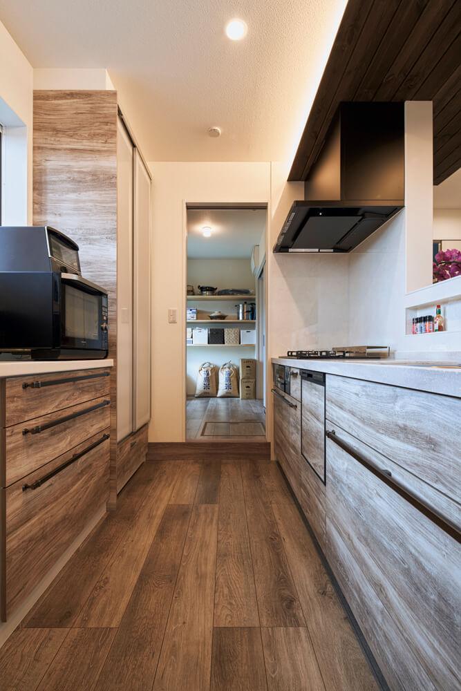 キッチンからパントリーを望む。玄関ホール、パントリー、キッチンへと連なる動線で家事効率がアップ