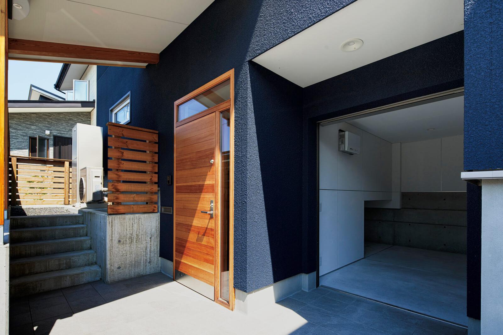 北欧の技術を取り入れた高性能の木製断熱玄関ドアを導入。玄関まわりの柱や梁はヒノキを採用している。駐車スペースと玄関や倉庫が同じレベルにあるため、重い荷物の運び入れもしやすい