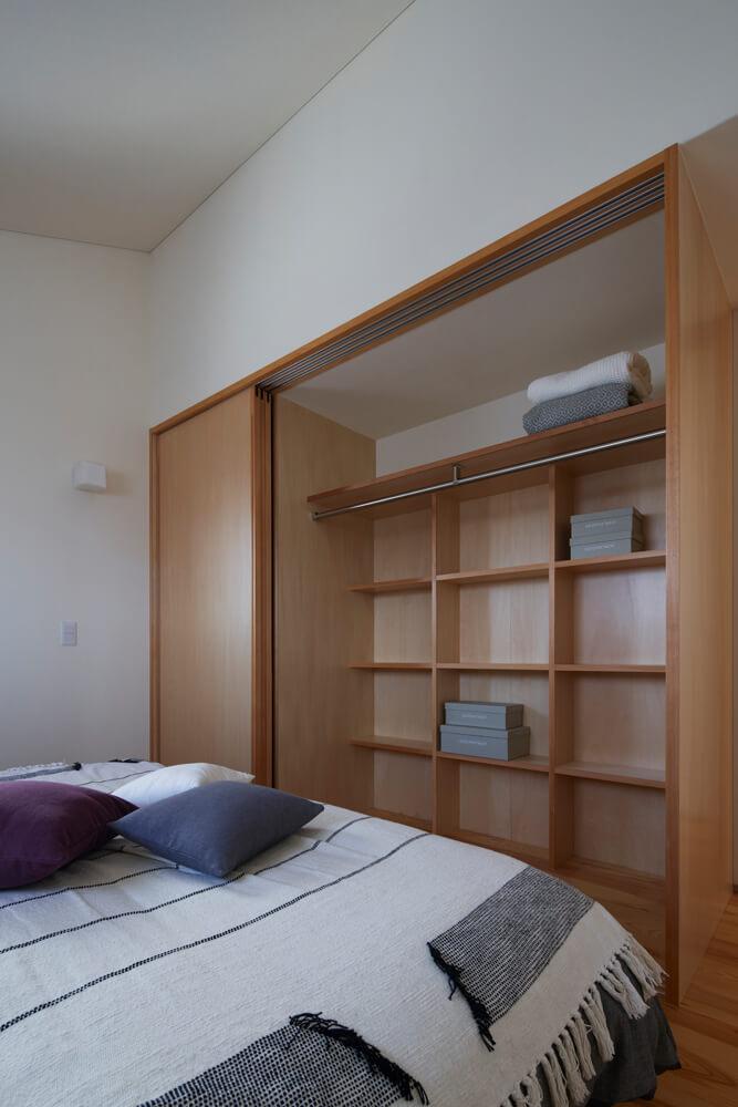 すべての個室にはクローゼットを完備。デッドスペースになりがちな奥にも棚を造作し、小物類もすっきり収納できる