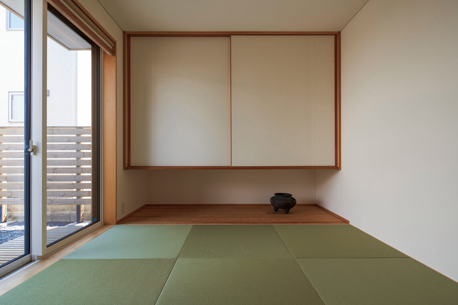 襖を閉めて独立した部屋としても使用できる和室。吊り押し入れにすることで、視覚的な広さが生まれている