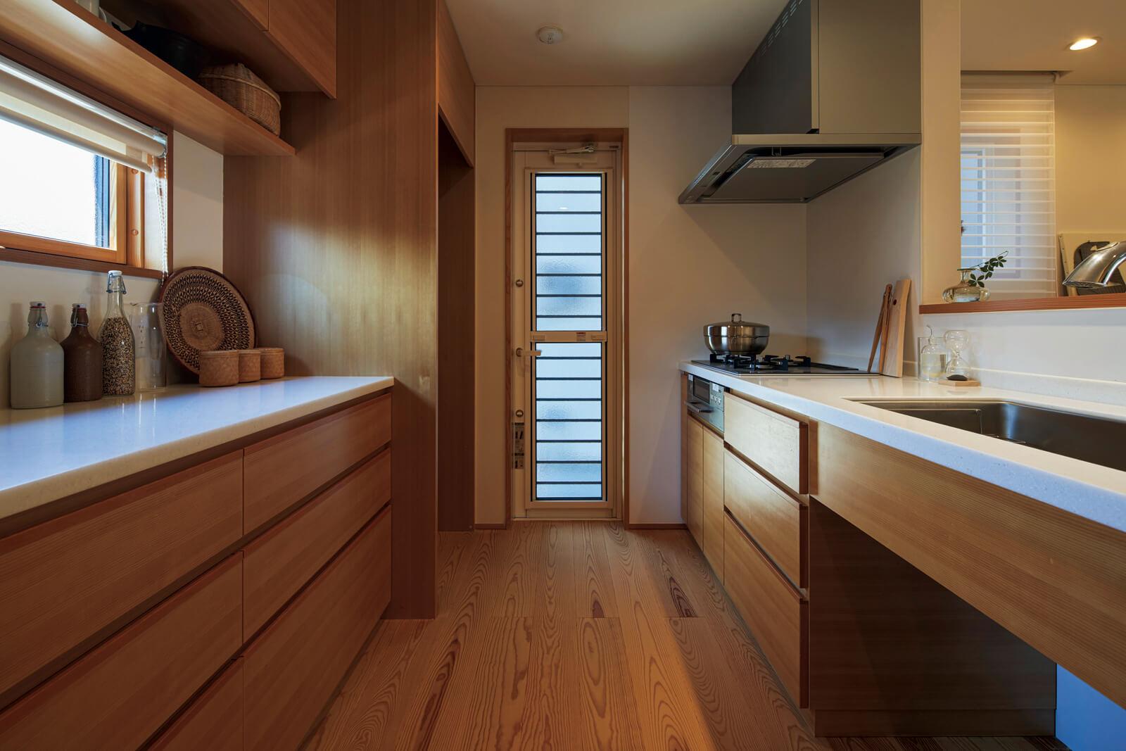面材にはスプルース材、カウンターにはピーラー材と、木目が美しいマツ科の素材で造作されたキッチン
