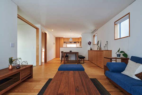 敷地の高低差を活用。各階が緩やかにつながるスキップフロアの家