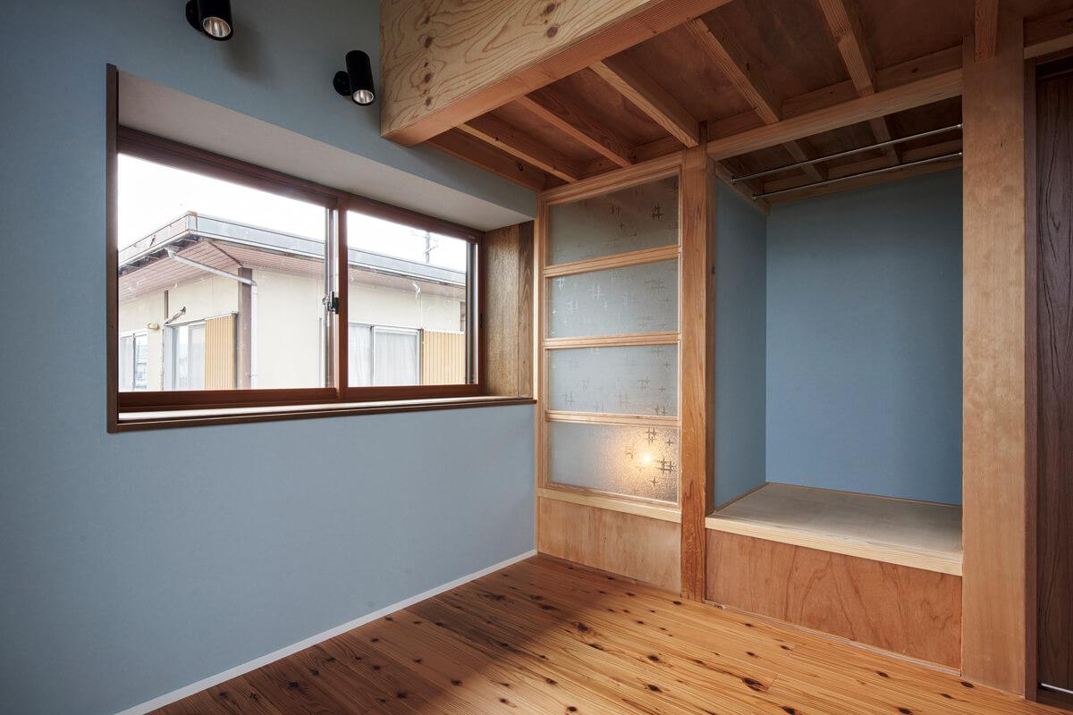 抜けのある眺望と明るさを意識した2階子ども部屋。出窓には内側にエコ窓を配し、二重サッシにすることで断熱性を高めている
