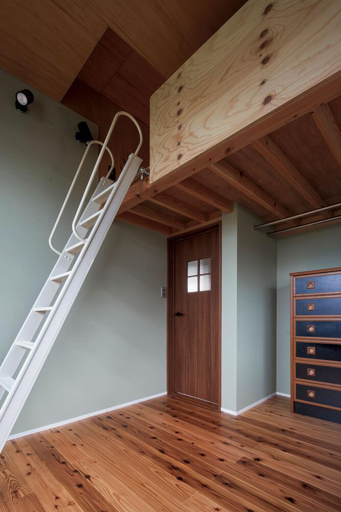 天井高を活かしたロフトのある2階寝室。箪笥などの家具もいくつか既存のものをそのまま利用している
