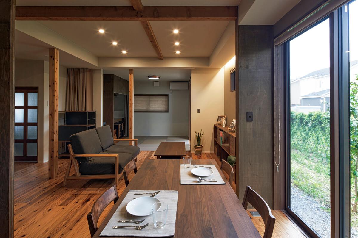 1階は家族のつながりが感じられるワンルーム空間。奥の客間はカーテンで間仕切り、個室としても利用できる