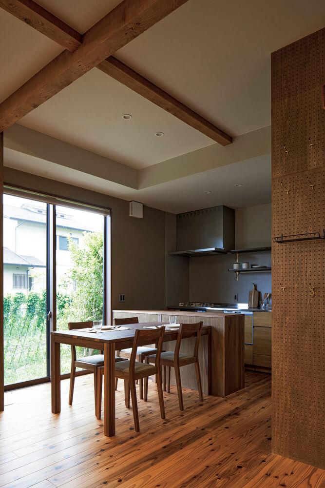大幅に位置変更されたダイニング・キッチン。玄関からキッチンへ直通できる便利な裏動線を備えているのも魅力だ