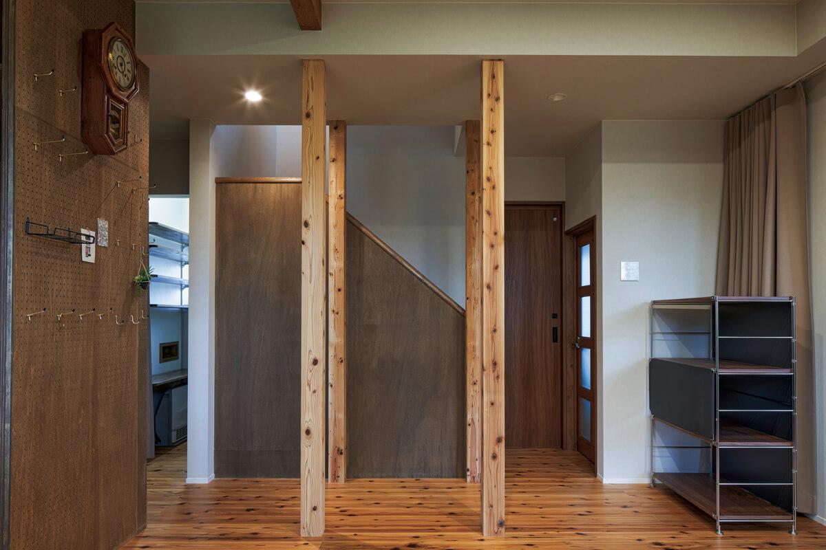 既存の柱と入れ替えた新しい柱が混在しつつも違和感なく仕上がっている。階段は上り下りしやすさを考慮し、上り口の位置を変更