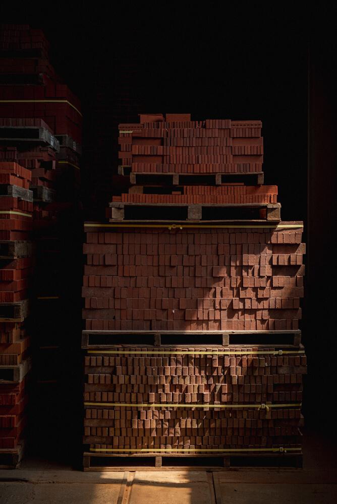工場で焼き上がったレンガは、厳しい検品を経て、倉庫で出荷のときを待つ