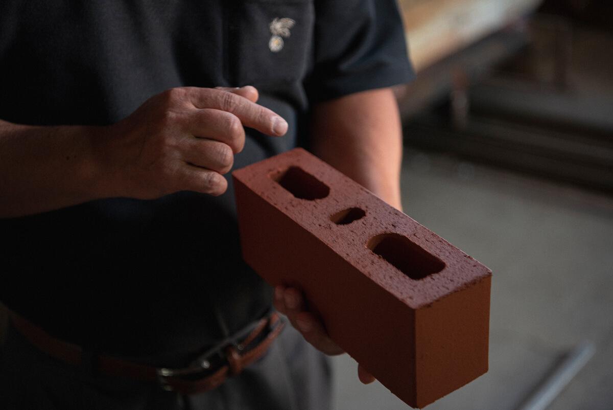 鉄筋を通す穴のある「有孔レンガ」。鉄筋を通すことで、半永久的に使えるといわれるレンガの耐久性をさらに高めた