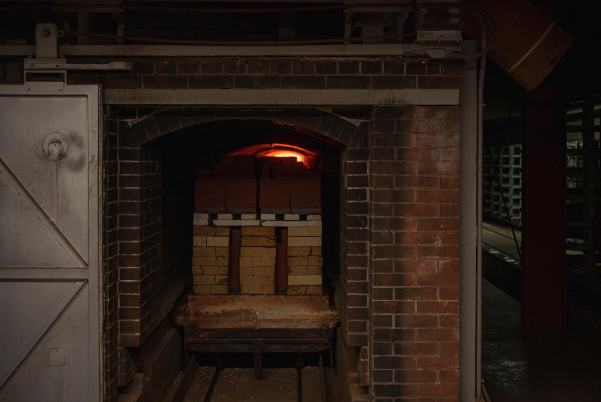 最高温度1300℃まで上がる窯で、50〜60時間かけてレンガが焼かれている。燃え盛る窯のまわりはまるでサウナのよう