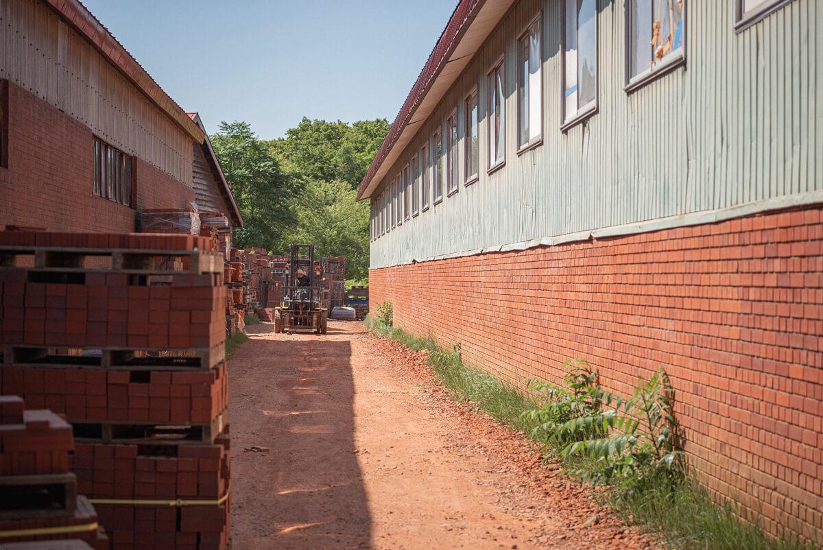壁も作業道もレンガ色の敷地内には、受注品の予備として焼いたレンガがずらりと並んで、独特の赤い景色をつくっている。この独特の赤色は、野幌の土に豊富に含まれる鉄分が焼けて発色したもの