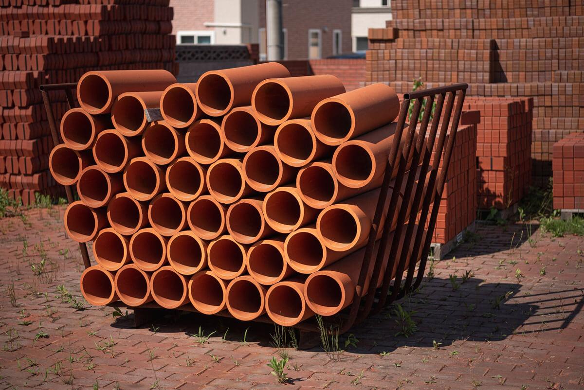 米澤煉瓦では、創業時からレンガと並んで農業用の土管も製造。石油製品が台頭した今も「自然に還るから」と、あえて素焼きの土管を畑の整備に採用する生産者がいる