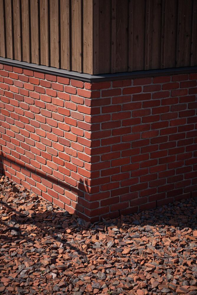 敷地内に建つ米澤邸にも、住まいの内外に豊富にレンガが使われている