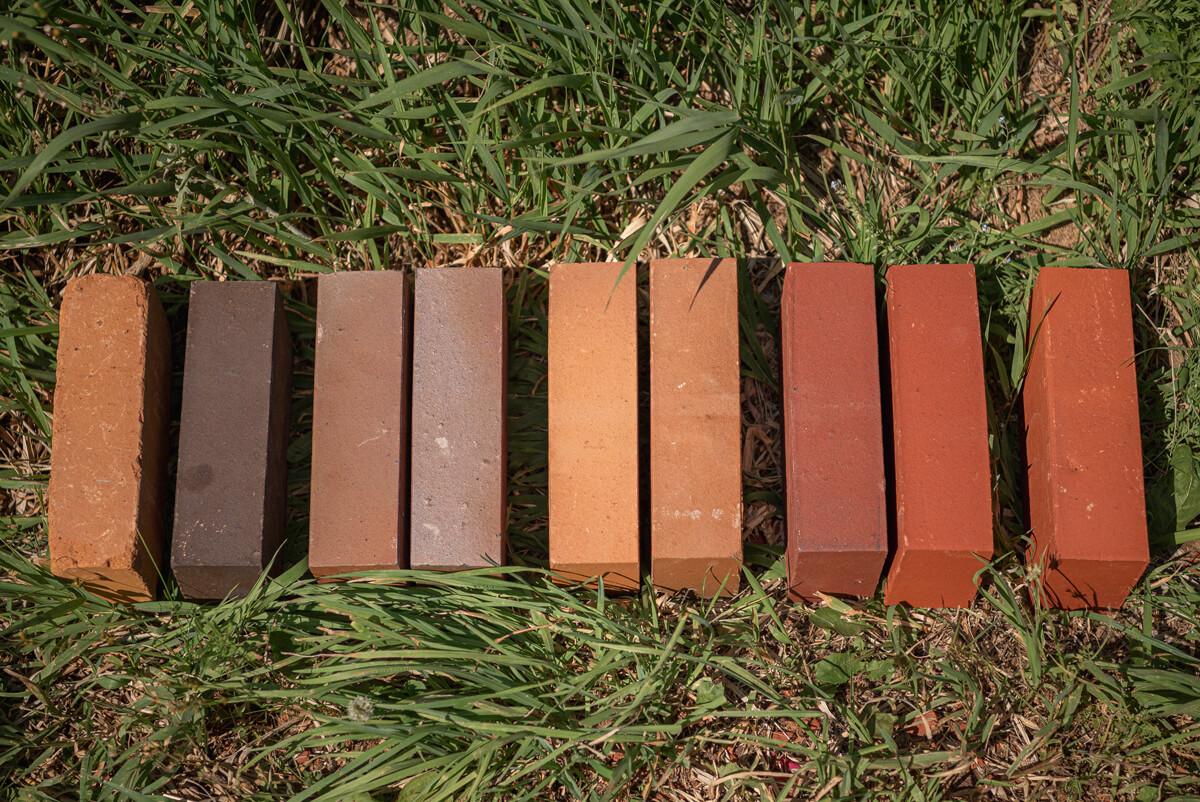 多彩な色合いは、材料の配合や焼き時間、窯内の空気量、積み込み量、燃料の量などを微妙なバランスで調整することで生まれる