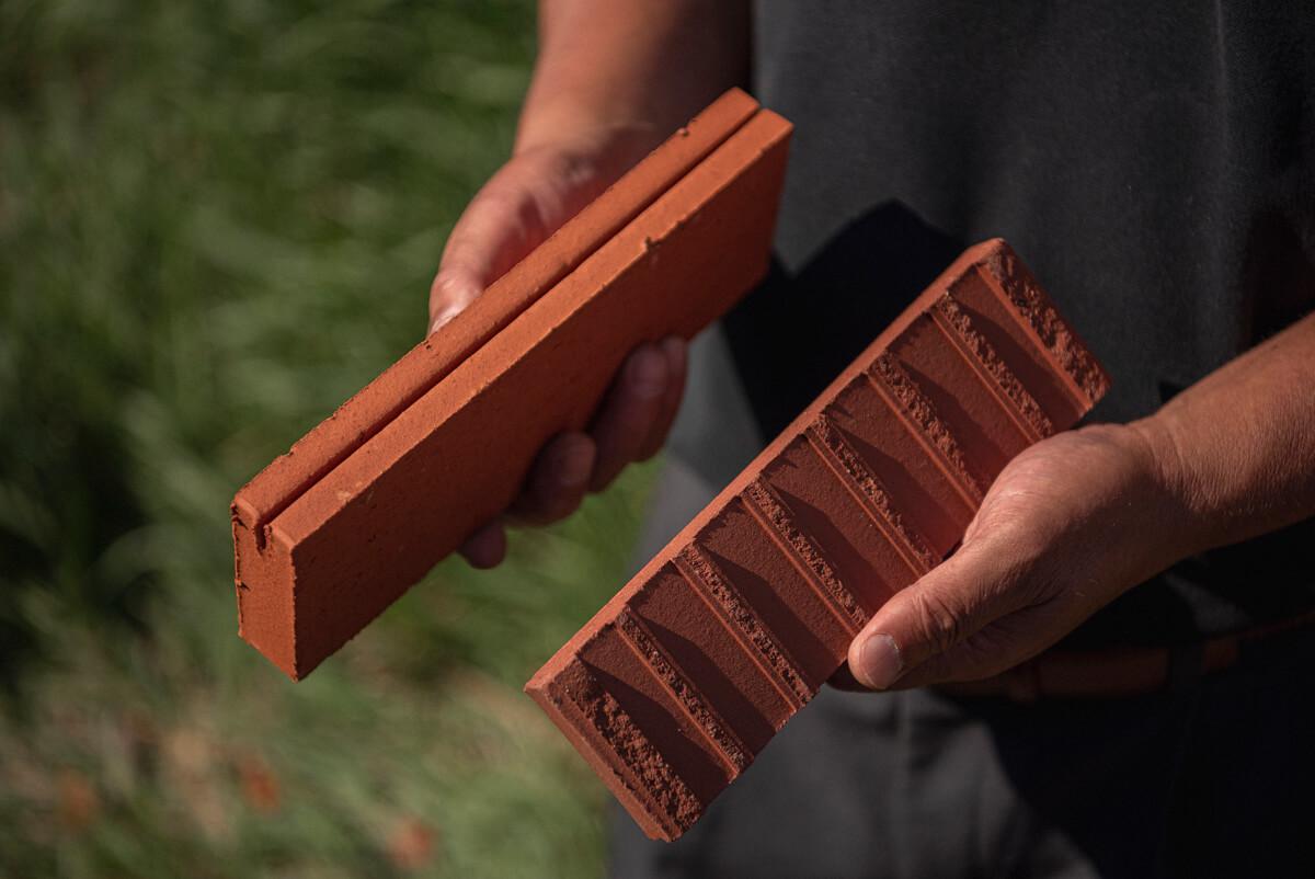 ガルバリウム鋼板の長尺と組み合わせるレンガ。細いスリットでガルバリウム鋼板に固定して外壁に張るのだそう