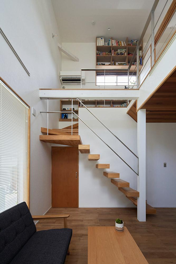 宙に浮いたような階段が軽やかな雰囲気。手すりは鉄工所に勤めるIさんがつくったそう