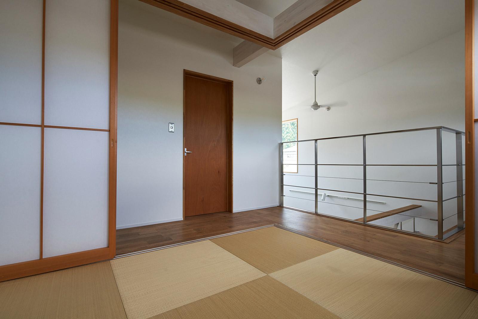 2階に設けた4.5畳の和室。普段は子どもの勉強スペースやゴロ寝スペースとして活用。造作の障子で仕切れば客間にもなる
