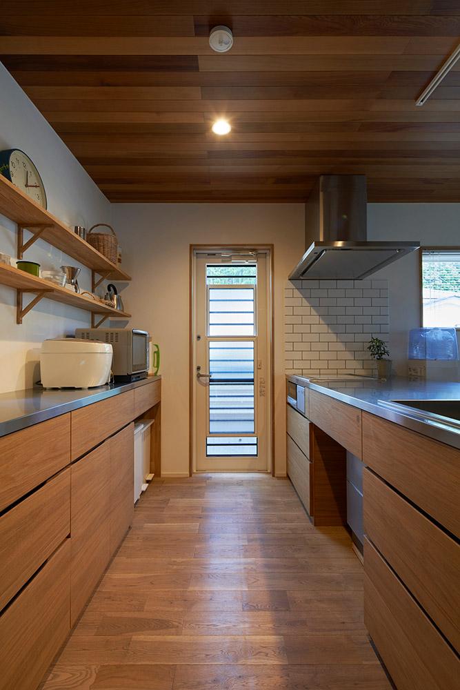 室内のテイストに合わせて造作されたキッチン。収納もたくさんあり、使い勝手の良さは抜群だそう