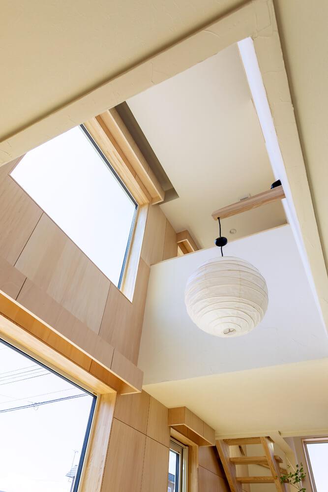 2階の窓際のカーテンボックスの上部に開けたスリットを介し、エアコンで冷やしたり暖めたりした空気を家全体に循環させてている