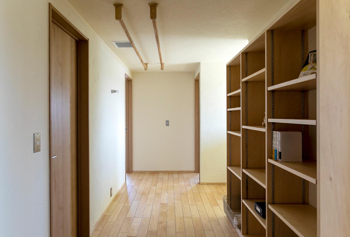 造作本棚を設置した2Fホールは、洗濯物を干す場所としても使える想定。適度な湿度の空気が常に循環していて、洗濯物も乾きやすい