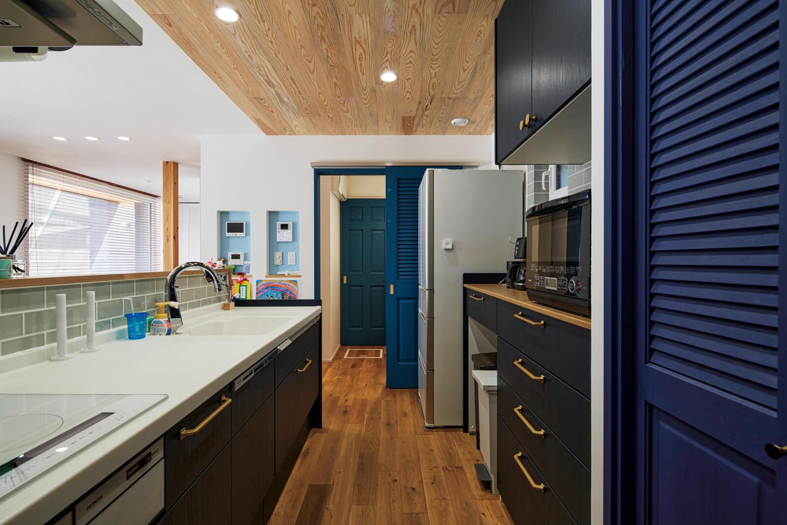 キッチンから浴室方向を望む。一直線の水まわりの動線が日々の家事のストレスを軽減してくれる