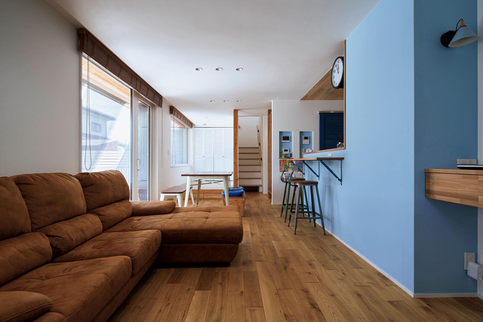 北海道産のナラと漆喰に包まれた心地よいLDK。真夏の暑い日でも室内はひんやり