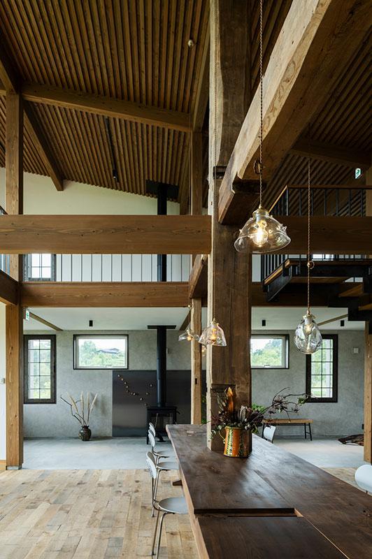 カバの柱、センの梁、カツラの造作テーブル。古材の風合いを生かした構造と大きな吹き抜けが、力強く大らかな空間を形づくる店内