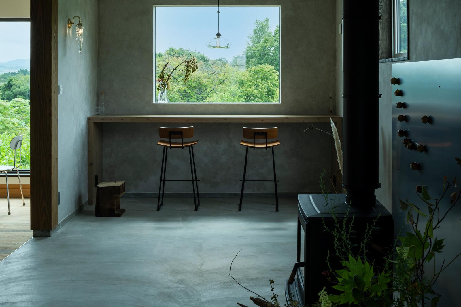 窓辺に設けたカウンターは、おひとり様専用席。絵のように切り取られた窓から、5月初旬には満開の桜が見える