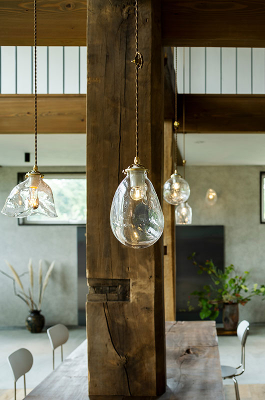 店内の照明には、洞爺湖のガラス工房「gla _gla」の高臣さんがつくる表情豊かな宙吹きガラスのシェードを採用した