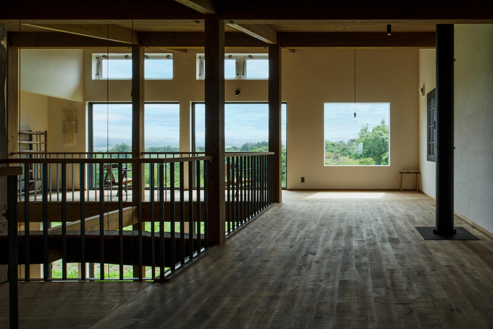 稲妻の階段でつながる2階は、ヨガ教室などにも活用されているギャラリースペース。冬は、階下の薪ストーブの温もりが煙突越しに伝わる