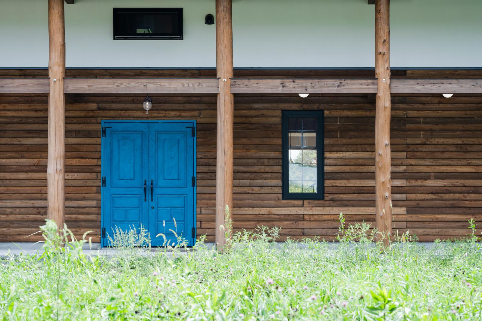 メインの玄関ドアは、砂川の三共建具工業の造作。無垢のタモ材を用いながら、イメージに合うようダメージ加工をSさん自らが施した