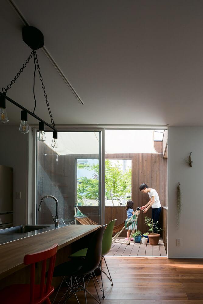 ダイニングからフラットに続くテラスは、周囲の視線を気にせず、庭の草木を楽しめるよう配慮されている