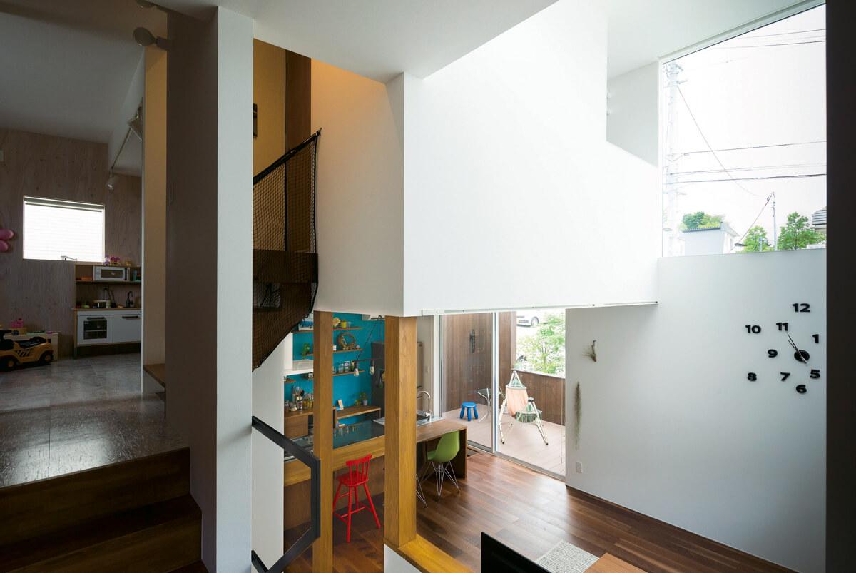 スタディホールからの眺め。半階下にはLDK、半階上には子ども部屋が広がる。スキップフロアを効果的に取り入れた住まいだ