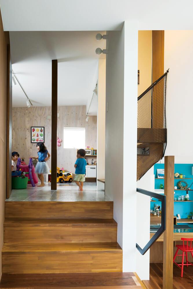 スタディホールから子ども部屋方向を見る。スキップフロアによる開放的な空間構成