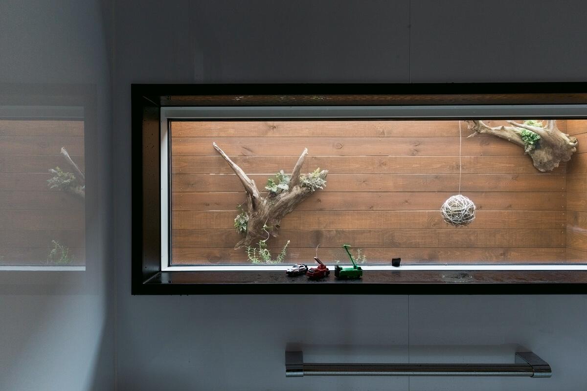 バスルームの窓の外には小さな坪庭をレイアウト。緑を眺めながら入浴できる