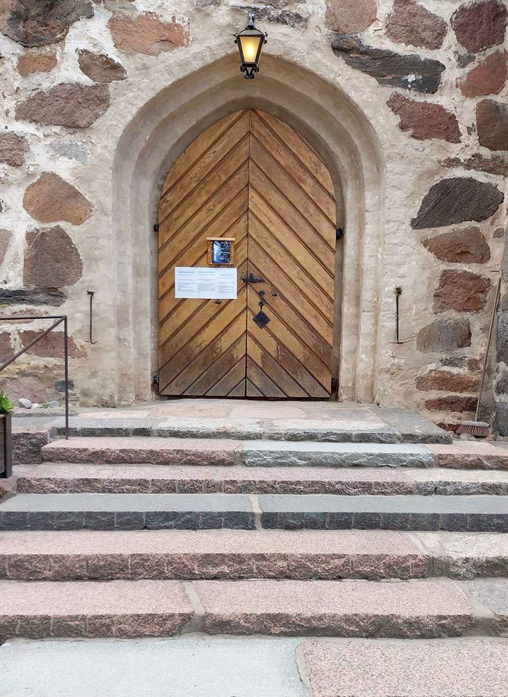 コルポの町の中心にある教会の入り口は、とても素敵な佇まい