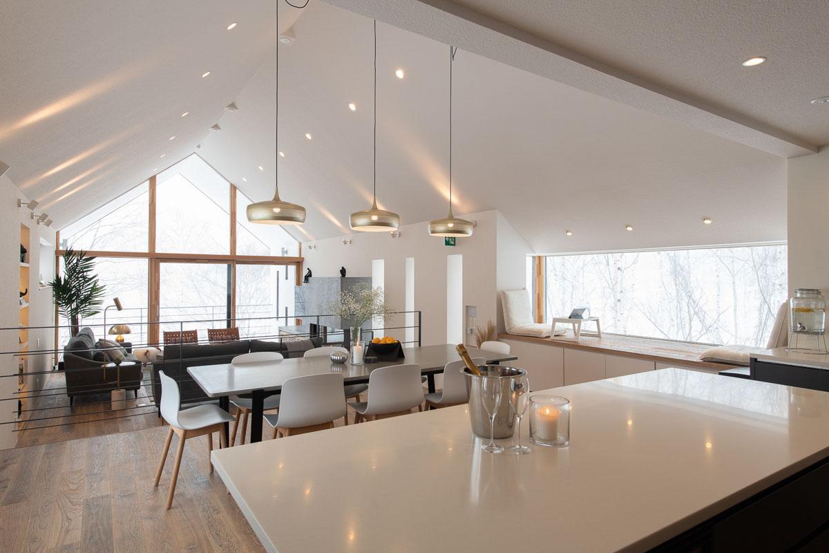 鉄骨造により柱と梁のない開放的な空間を実現したLDKは、白を基調にしたスタイリッシュな設え
