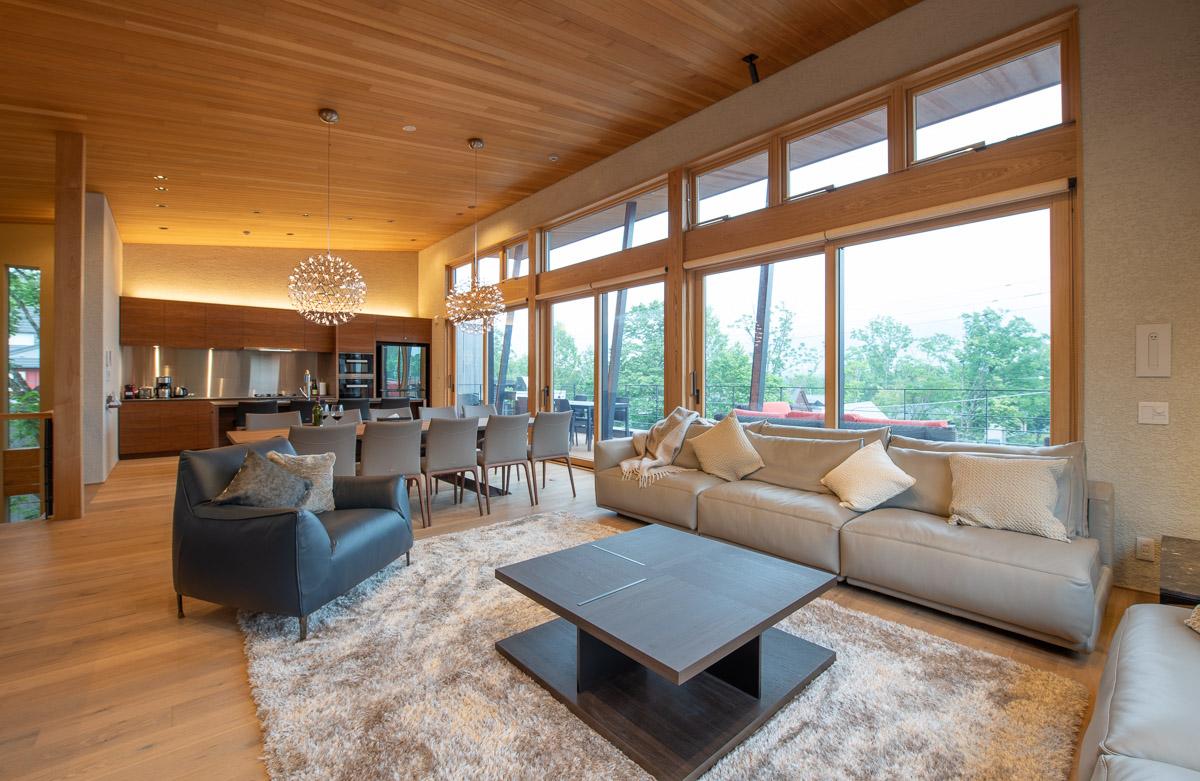 大空間にゆったりと配置されたソファはくつろぎのスペース