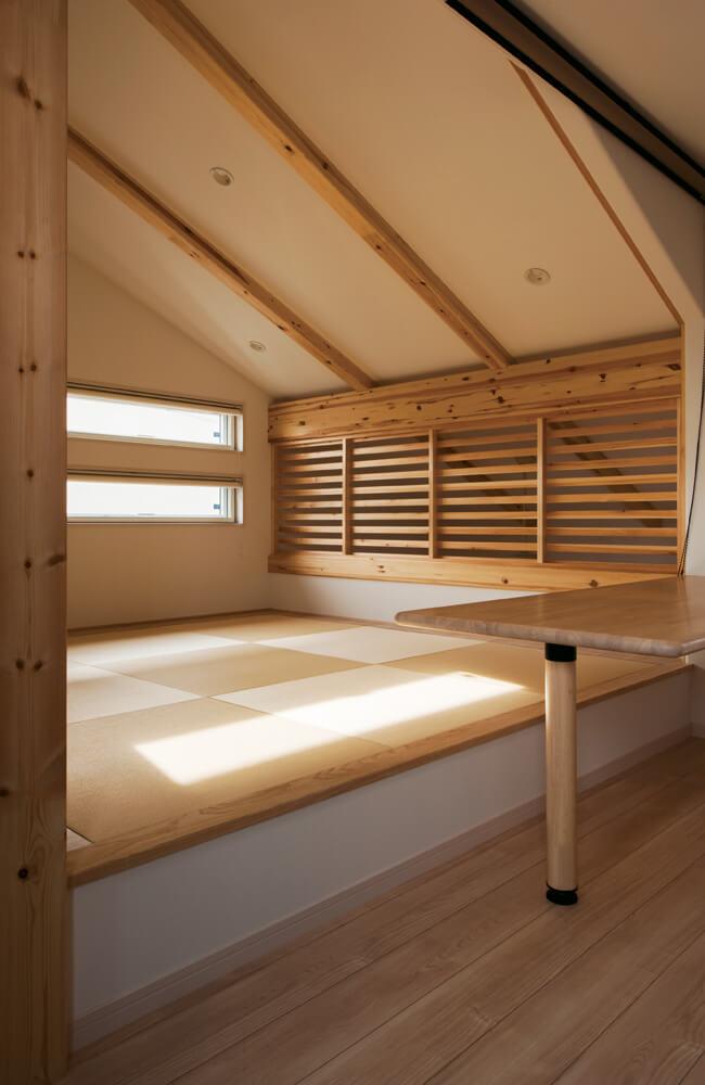2階の畳コーナーは第2のリビング兼客室であり、将来は子どもの勉強スペースに。床下は大容量収納