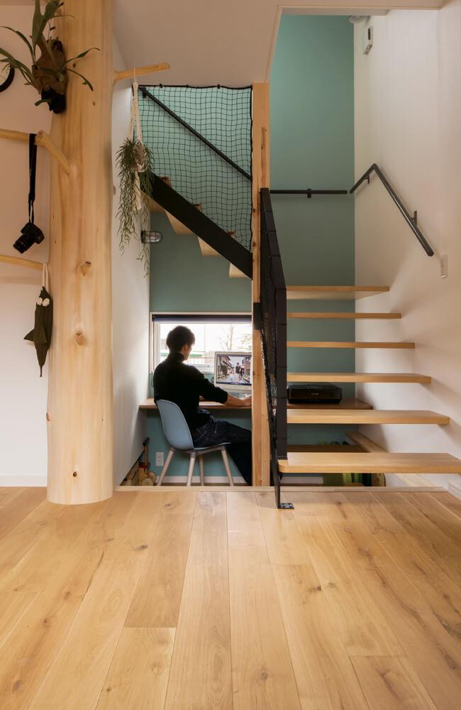 蹴込み板のない階段奥の空間をワークスペースに。床を一段低くできたのは基礎断熱の家だからこそ