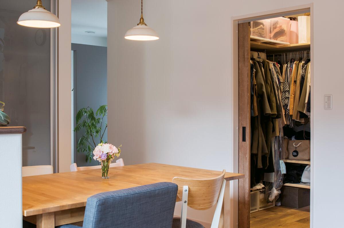 家族みんなの服は1階の約3帖の大クローゼットに集約。ハンガーにかけて収納し洗濯物を畳む手間も省いた