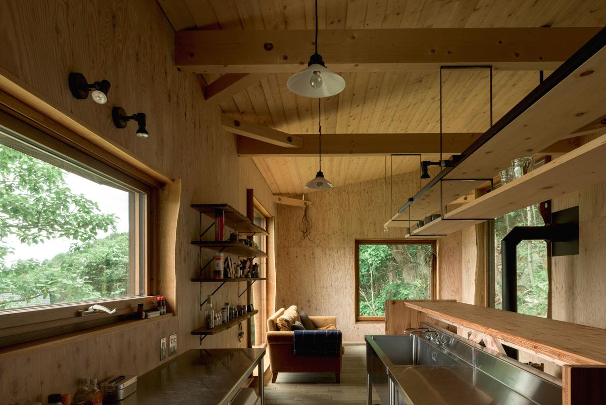 業務用のオールステンレスキッチンを採用。大きい造作のカウンターが木の空間とキッチンのバランスを取ってくれている