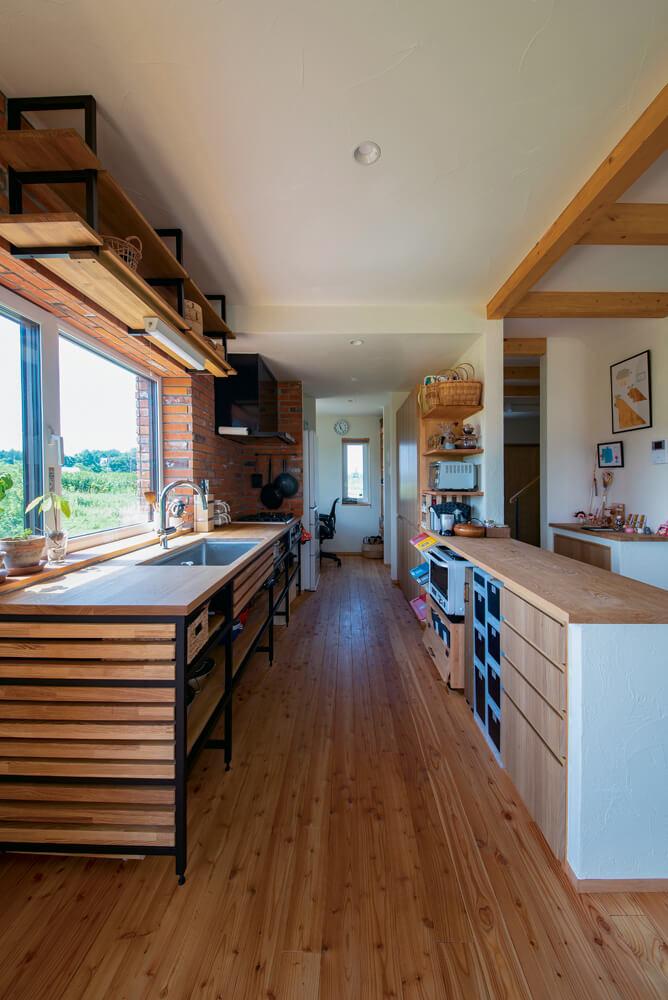 木とアイアンで造作したキッチンは見せる収納で、鍋類も取り出しやすく便利