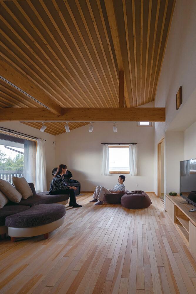木張りの斜め天井とカバの無垢フローリングで木の温もりたっぷりなリビング