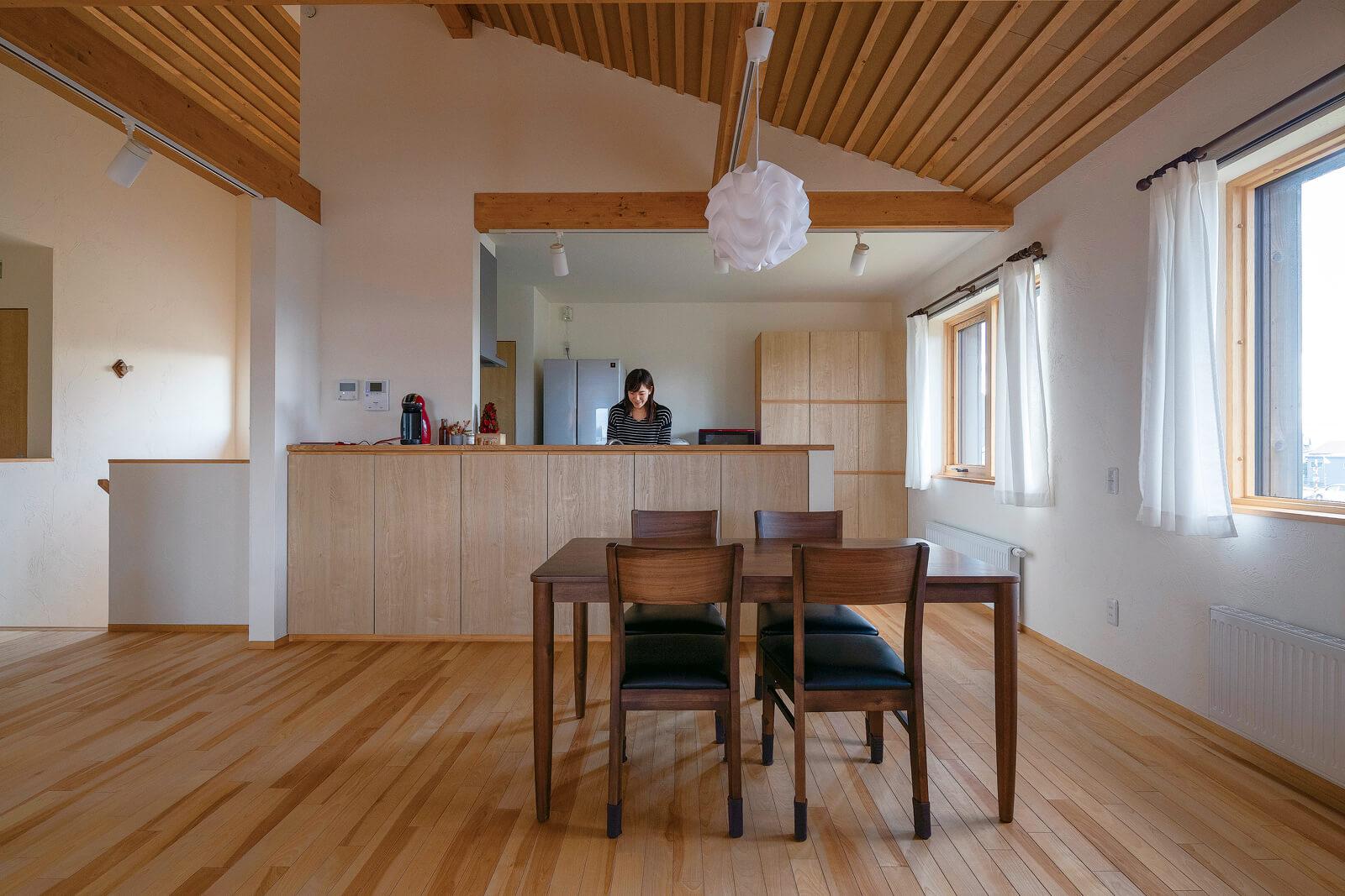 キッチンもカウンターや壁の収納などを造作し、床とのつながりや木の統一感を出している