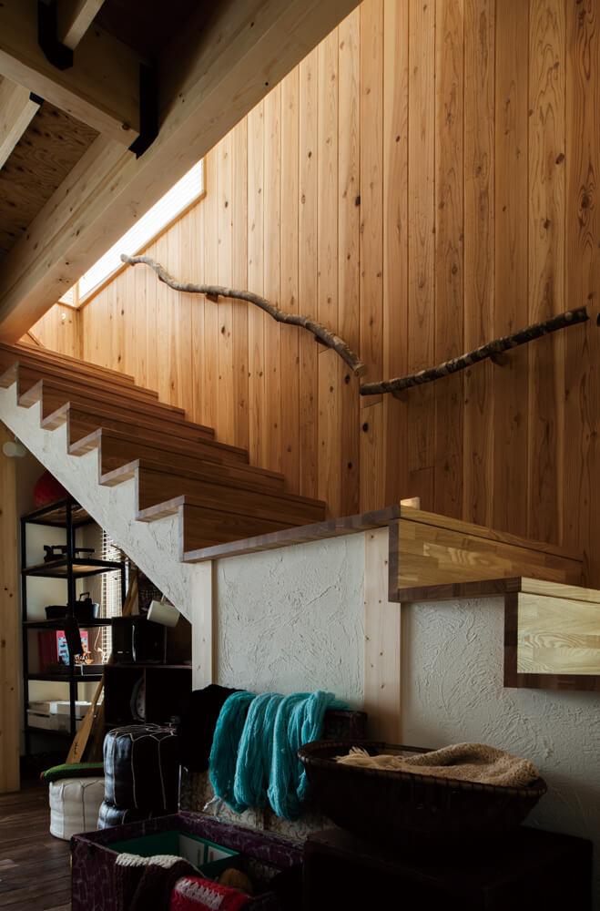 壁沿いの階段は傾斜も緩やか。手すりには、間伐材の枝をそのまま使った