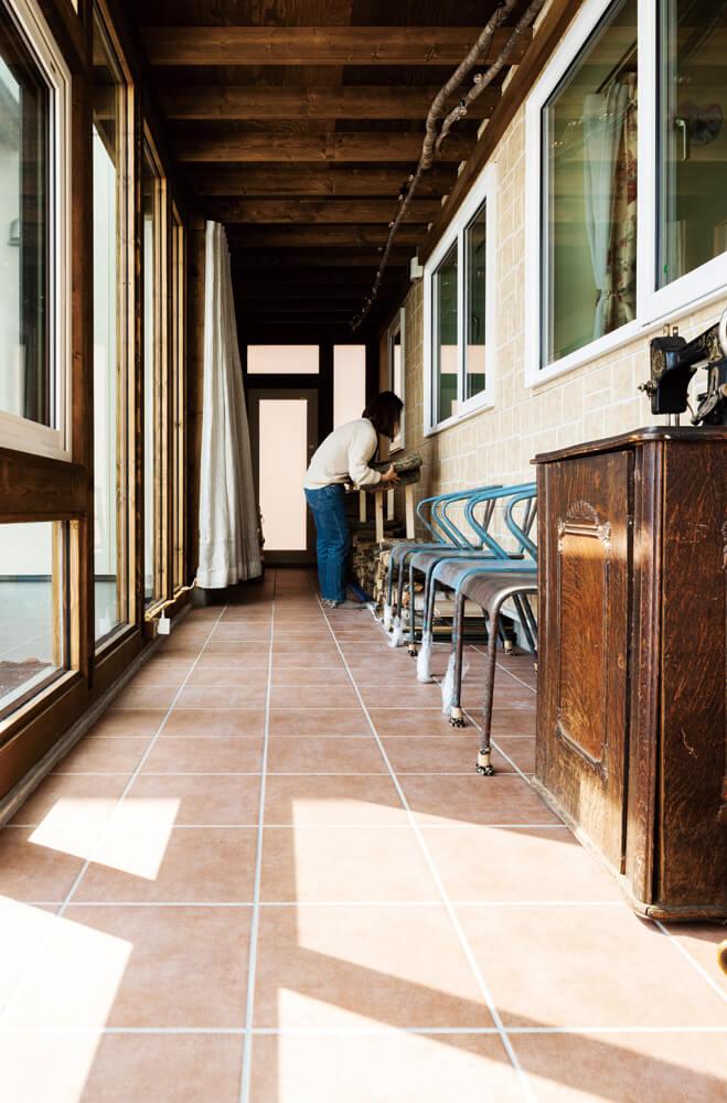 母屋と離れを繋ぐサンルーム兼廊下。屋根付きで陽当たりもよく冬でも行き来がラク